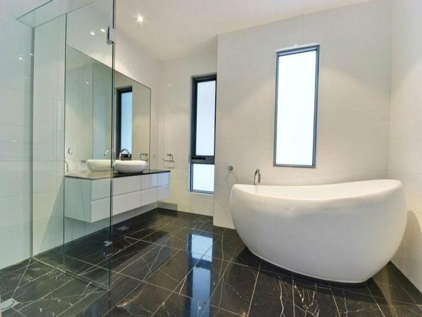 kleine-badewannen-freistehend-modernes-badezimmer-gestalten