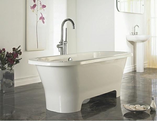 kleine-badewannen-freistehend-weiße-schlichte-badezimmer-ausstattung