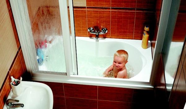 kleine-eingebaute-badewanne-ein-kleiner-junge-drin