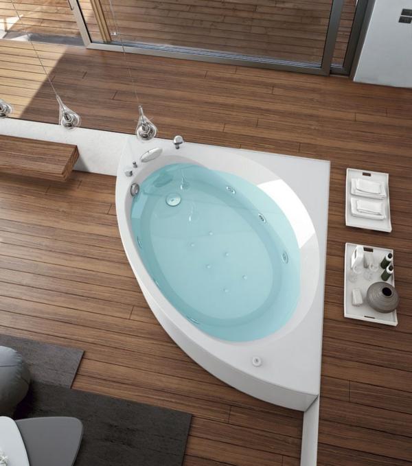 kleine-eingebaute-badewanne-foto-von-oben-genommen