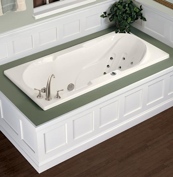 kleine-eingebaute-badewanne-grüne-akzente