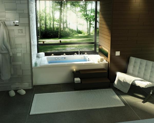 kleine-eingebaute-badewanne-großes-fenster-mit-einem-coolen-blick-dahinter