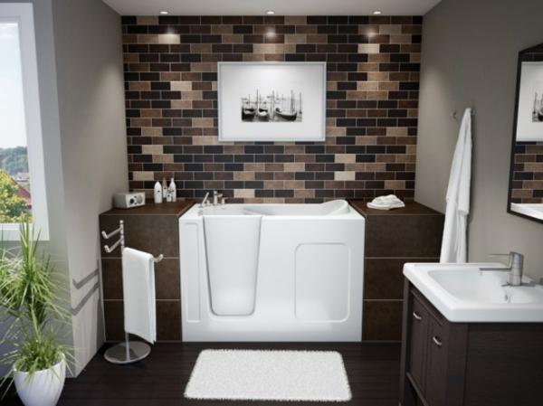 kleine-eingebaute-badewanne-im-badezimmer-mit-einer-akzentwand