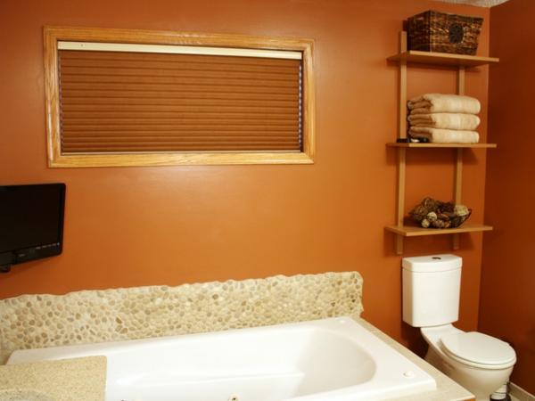 kleine-eingebaute-badewanne-im-badezimmer-mit-wänden-in-orange