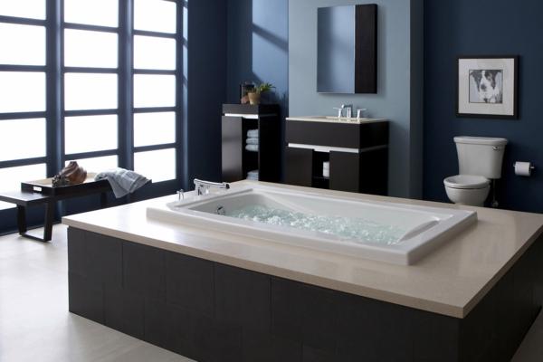 kleine-eingebaute-badewanne-im-eleganten-grauen-bad