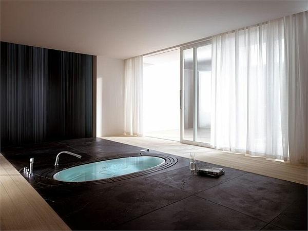 kleine-eingebaute-badewanne-im-großen-luxuriösen-badezimmer