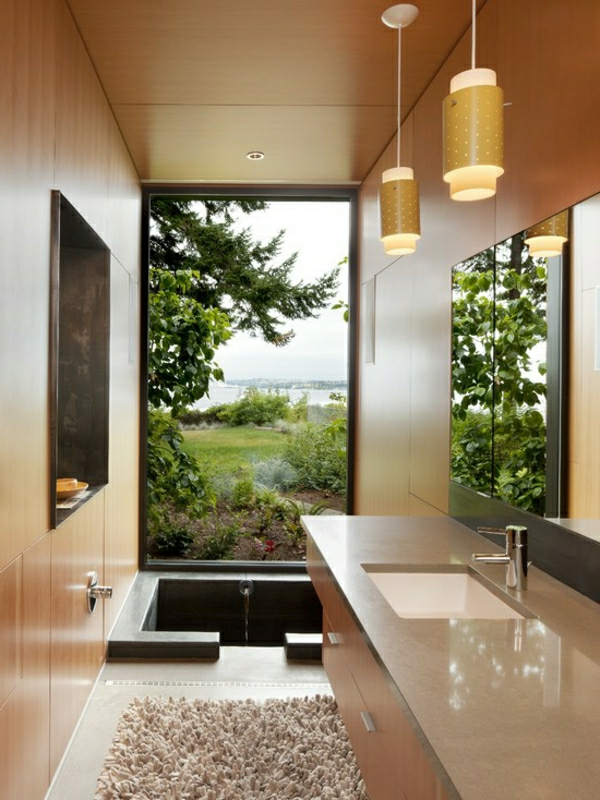 kleine-eingebaute-badewanne-im-kleinen-luxuriösen-badezimmer-mit-einer-gläsernen-wand