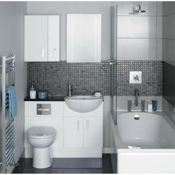 kleine-eingebaute-badewanne-im-kleinen-schönen-badezimmer-in-weiß-und-grau