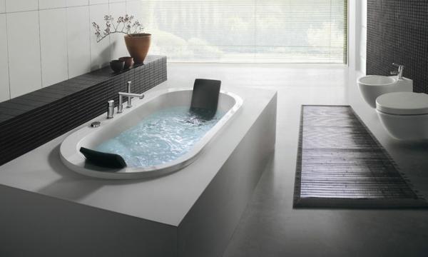 kleine-eingebaute-badewanne-im-ultramodernen-badezimmer