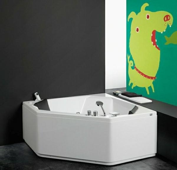 kleine-eingebaute-badewanne-in-der-ecke-des-bades