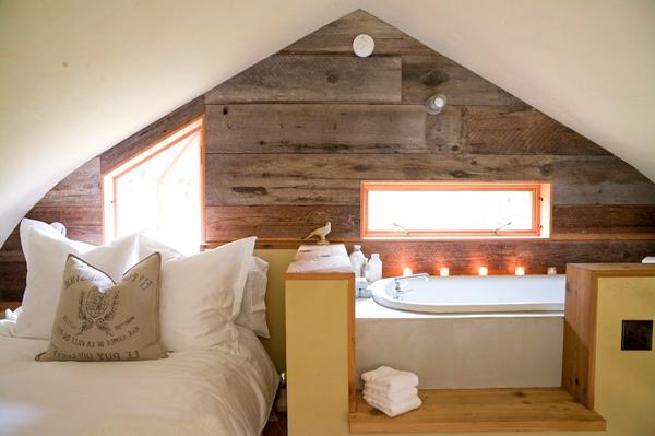kleine-eingebaute-badewanne-in-einer-dachwohnung
