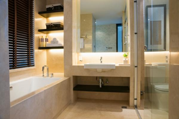 beige badezimmer mit einer eingebauten badewanne