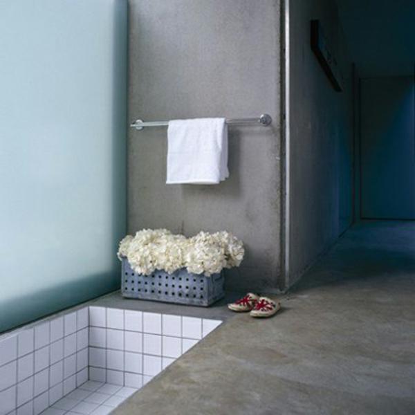 kleine-eingebaute-badewanne-schlichte-und-elegante-badezimmer-gestaltung
