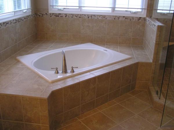 kleine-eingebaute-badewanne-umgeben-von-fenstern
