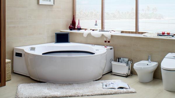 kleine-eingebaute-badewanne-und-fenster-im-bad