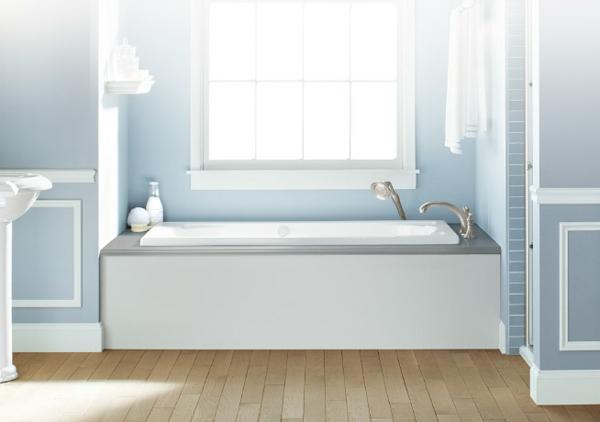 kleine-eingebaute-badewanne-weiß-und-attraktiv-ausgestattet