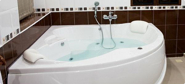 kleine-eingebaute-badewanne-weiße-farbe-schickes-modell