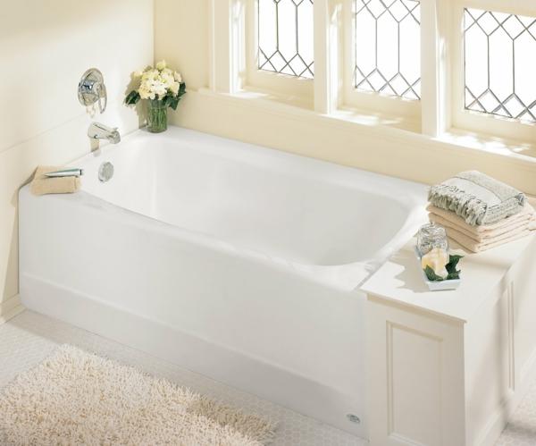 kleine-eingebaute-badewanne-weiße-und-elegante-gestaltung