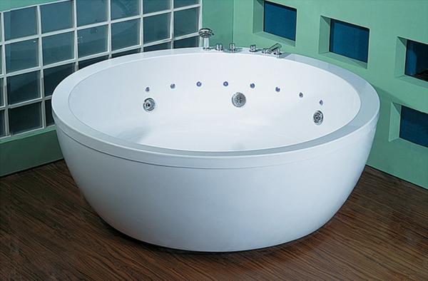 kleine-moderne-schöne-badewanne-mit-runder-form