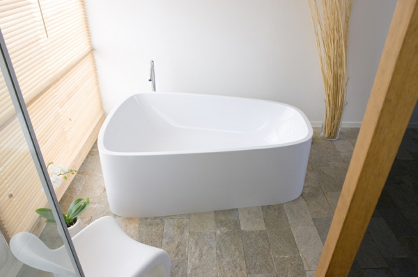 85 attraktive designs von badewannen mit sch rze for Kleine freistehende badewanne