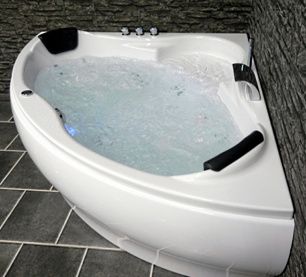 kleine-whirlpools- in-der-ecke-des-bades