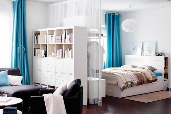 kleines-schlafzimmer-einrichten-blaue-gardinen
