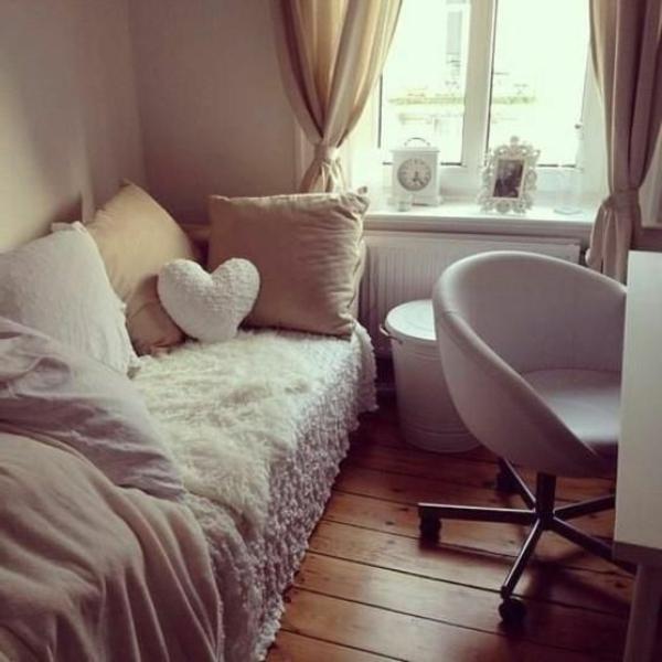 kleines-schlafzimmer-einrichten-dekokissen-in-verschiedenen-formen