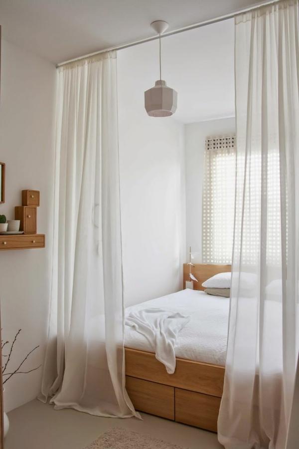 kleines-schlafzimmer-einrichten-durchsichtige-weiße-gardinen