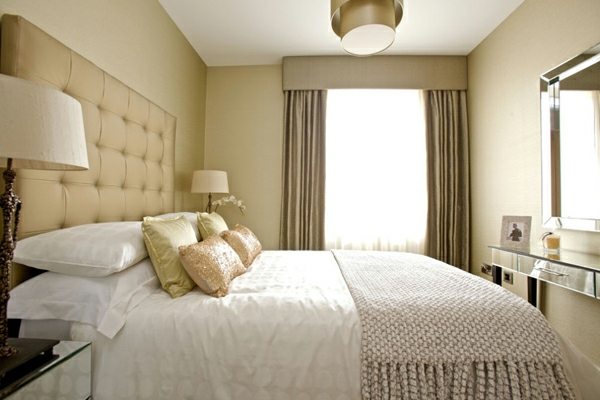 kleines-schlafzimmer-einrichten-großes-bett-und-schöne-gardinen