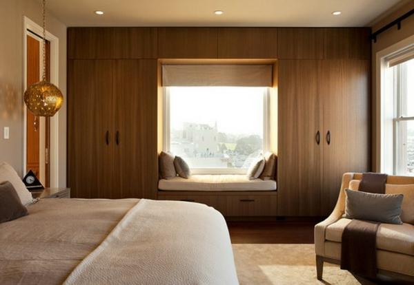 kleines-schlafzimmer-einrichten-interessante-wand-mit-einem-coolen-fenster