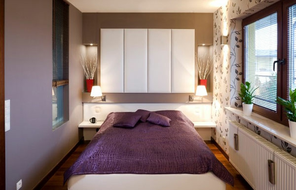 kleines-schlafzimmer-einrichten-lila-bett-und-weiße-schränke