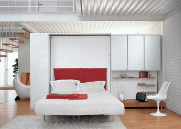 kleines-schlafzimmer-einrichten-rote-akzente-im-weißen-zimmer