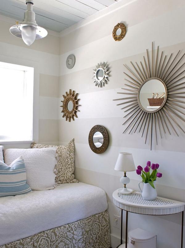 kleines-schlafzimmer-einrichten-runde-spiegel-an-der-weißen-wand