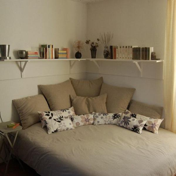 kleines-schlafzimmer-einrichten-viele-dekokissen