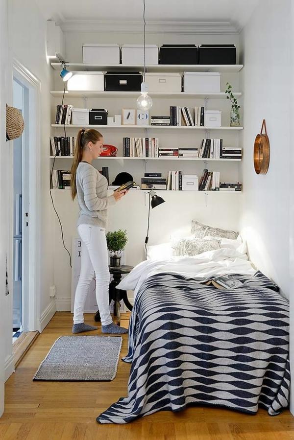kleines-schlafzimmer-einrichten-viele-weiße-regale