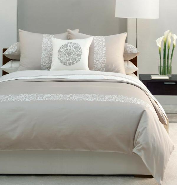 kleines-schlafzimmer-einrichten-weiße-bettwäsche-und-weiße-dekokissen