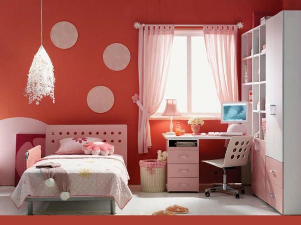 kleines-schlafzimmer-einrichten-weiße-vorhänge-und-ein-bequemes-bett