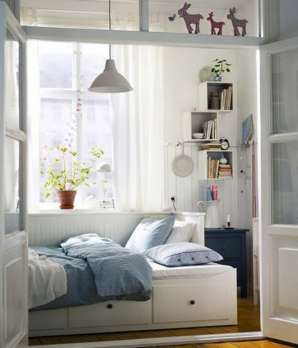 kleines-schlafzimmer-einrichten-weiße-wände-und-blaue-bettwäsche