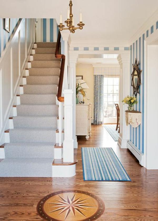 kreative-Wandgestaltung-Flur-Wohnidee-weiße-und-hellblaue-Streifen