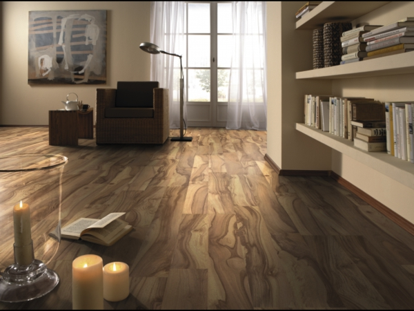laminatboden-im-wohnzimmer-schöne-idee