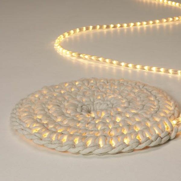 leuchtender-weißer-runder-teppich