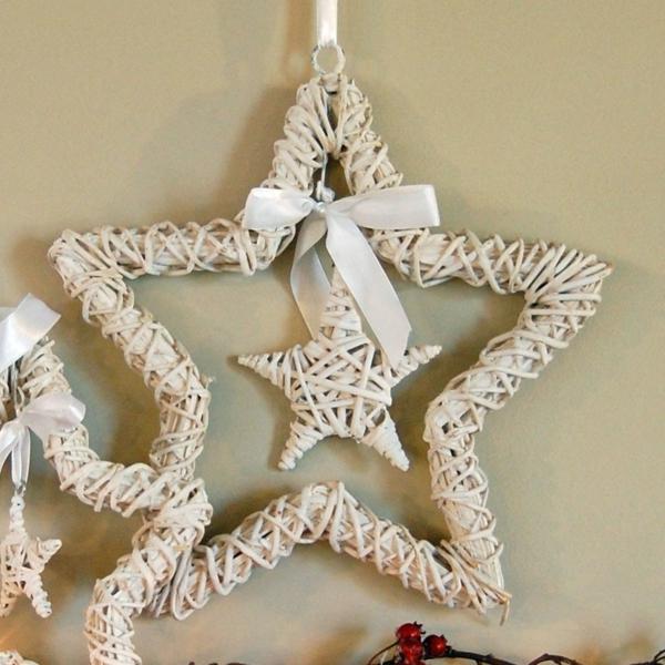 weiße weihnachtsdeko - zwei interessante sterne und eine schleife in weißer farbe