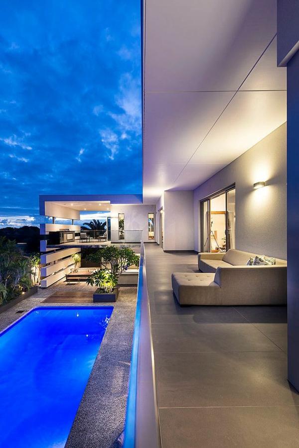 luxuriöse-und-erstaunliche-Terrasse-mit-Pool