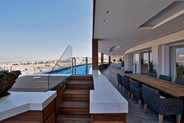 luxuriöse-und-erstaunliche-Terrasse-mit-modernem-Pool