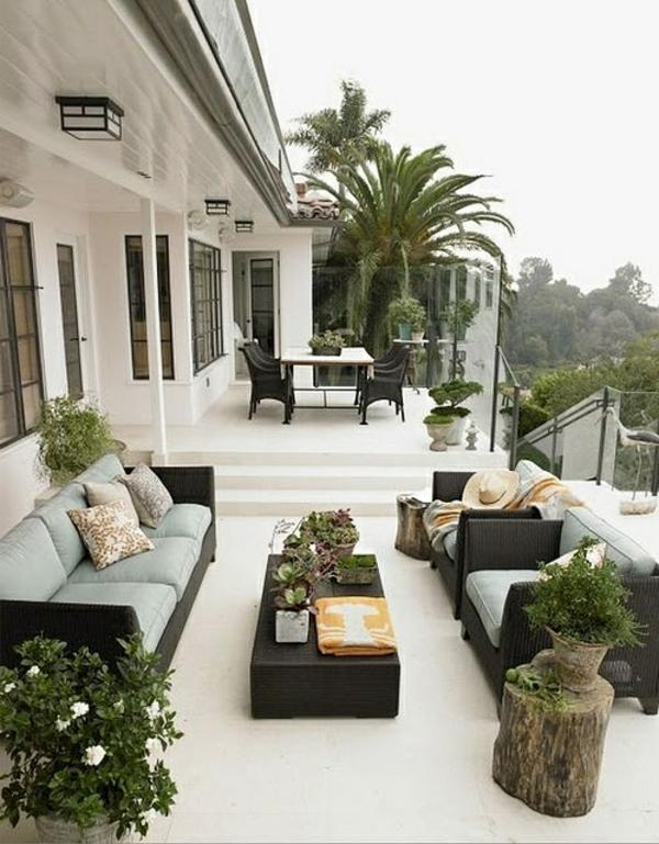 luxuriöse-und-erstaunliche-Terrasse-mit-vielen-Pflanzen-und-Rattanmöbeln