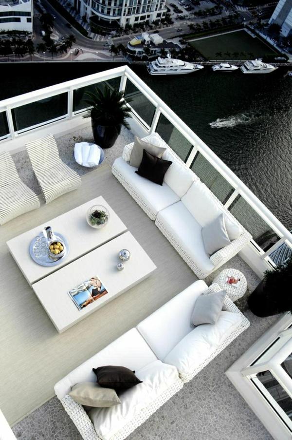 luxuriöse-und-erstaunliche-Terrasse-mit-weißen-Möbeln