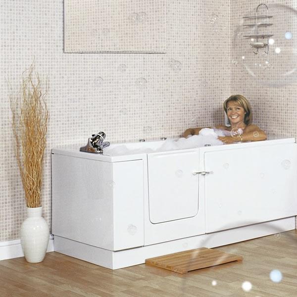 minimalistische-badewannen-mit-tür