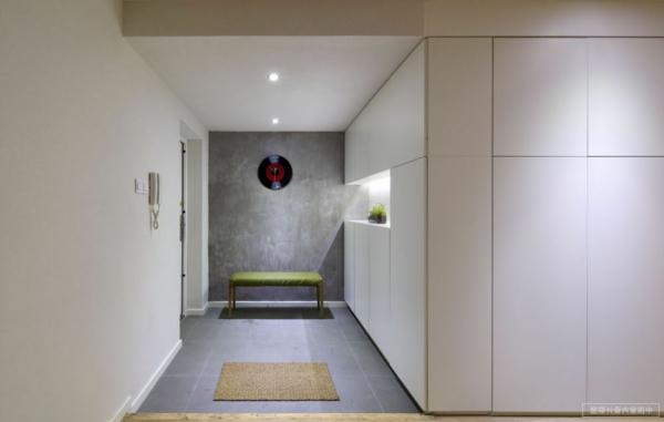 minimalistisches-Design-elegante-Gestaltung-im-Flur-Sitzbank-Flur