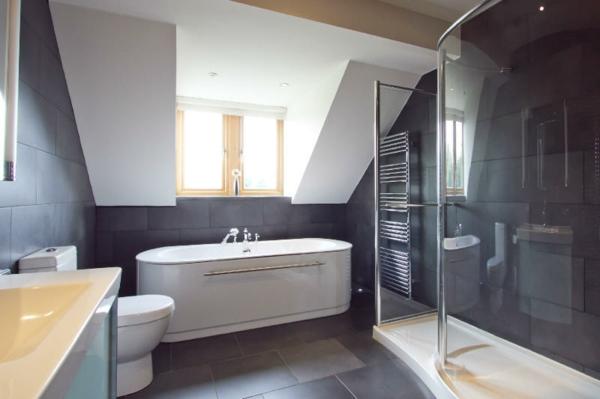 modern-gestaltete-kleine-badewannen-freistehend