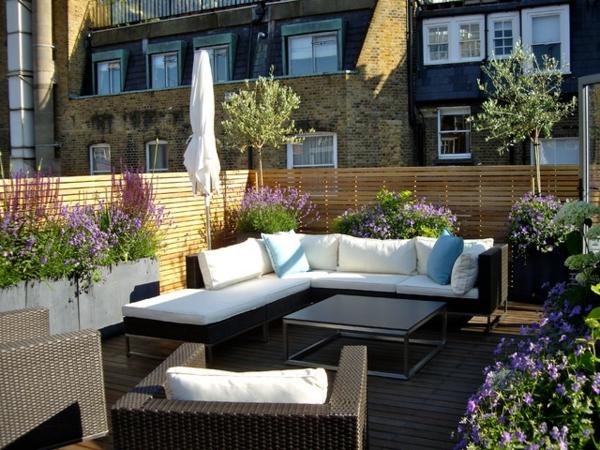 moderne-Balkonmöbel-aus_Rattan-auf-der-Terrasse